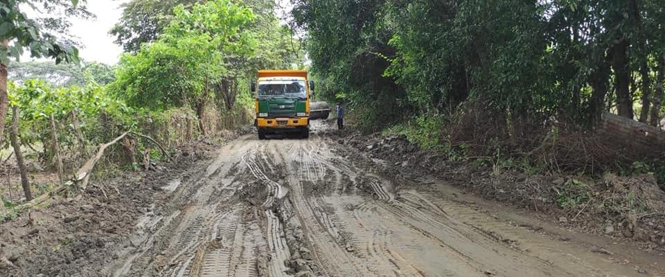 Mantenimiento por emergencia de la vía La Bocana, gracias a la intervención del Ing. Clemente Bravo.